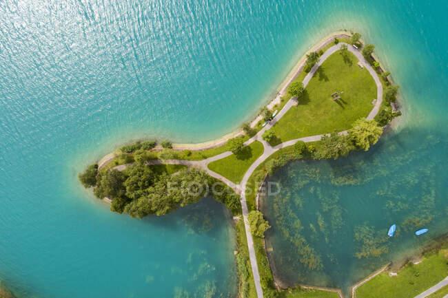 Vista aérea del lago Lungern con pequeña isla en verano, Obwalden, Suiza - foto de stock