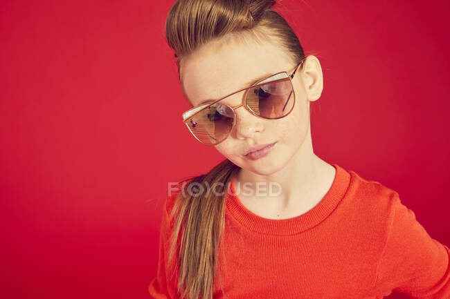 Cool brunette girl wearing in sunglasses and posing on camera — Stock Photo