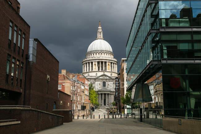 Veduta lungo le strade vuote, la collina di Pietro e la cattedrale di San Paolo a Londra sotto un cielo tempestoso durante la crisi del virus Corona. — Foto stock