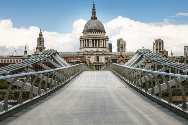 Veduta lungo il ponte del Millennio vuoto con la Cattedrale di San Paolo a Londra durante la crisi del virus Corona. — Foto stock