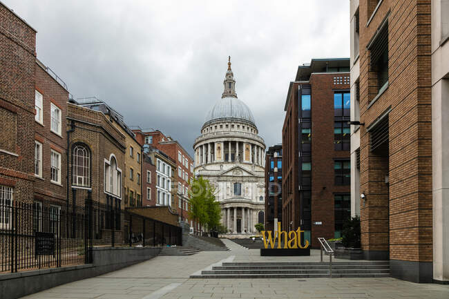 Vue le long de la rue vide Peter's Hill vers la cathédrale St Paul de Londres pendant la crise du virus Corona. — Photo de stock