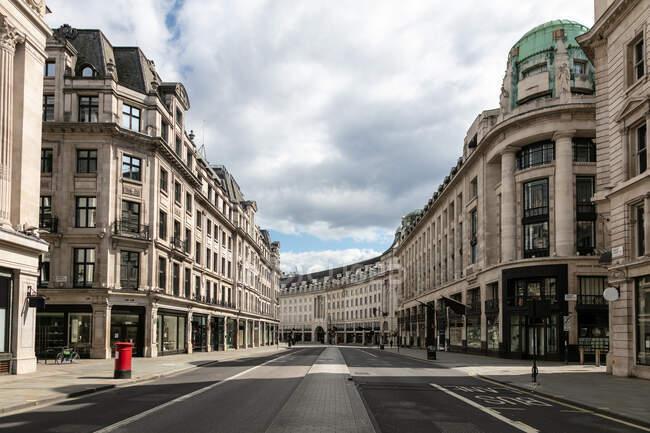 Vista lungo una Regent Street vuota a Londra durante la crisi del virus Corona. — Foto stock