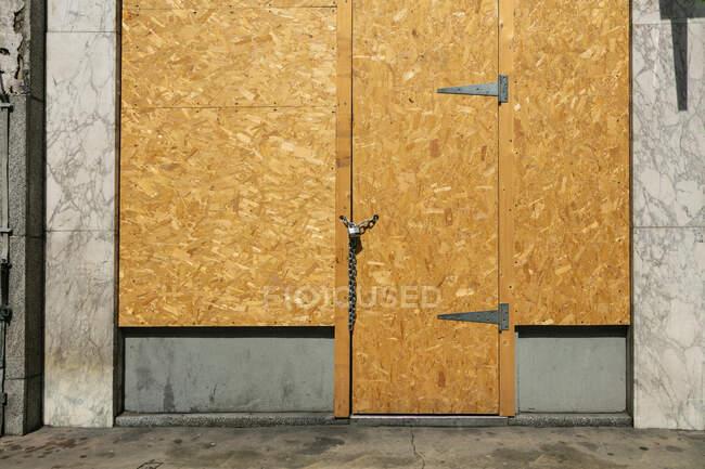 Vista esterna di vetrine e porte sbarrate su una strada della città nella crisi del virus Corona. — Foto stock
