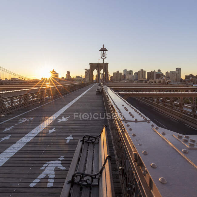 Vista sul ponte di Brooklyn, New York, USA durante la crisi del virus Corona. — Foto stock