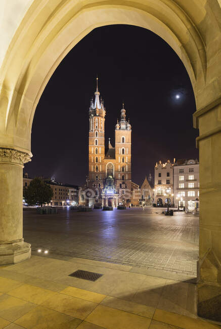 Vista noturna da Basílica de Saint Marys, Cracóvia, Polônia durante a crise do vírus Corona. — Fotografia de Stock