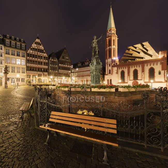 Leere Bank am Romerberg in Frankfurt in der Nacht während der Coronavirus-Krise. — Stockfoto