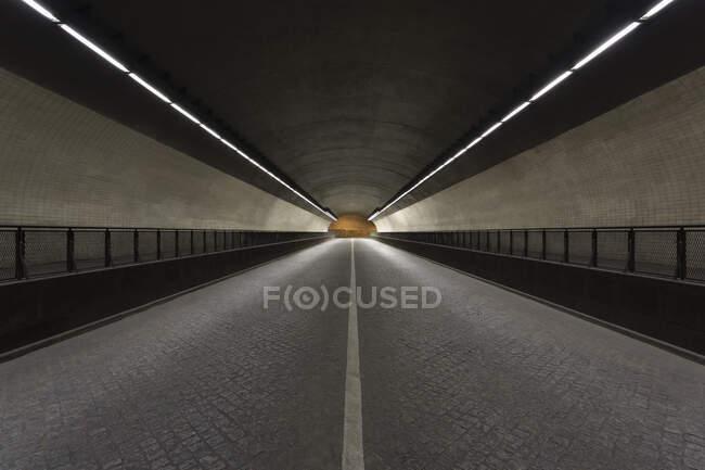 Vista attraverso un tunnel vuoto da Ribeira, Oporto, Portogallo durante la crisi del virus Corona. — Foto stock