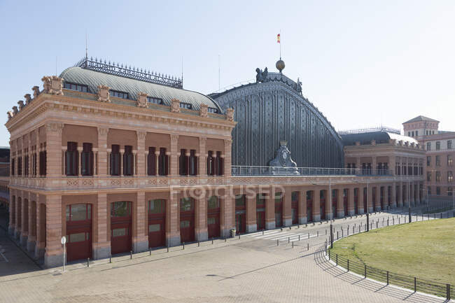 Vista da vazia Estação Atocha, Madrid, Espanha durante a crise do vírus Corona. — Fotografia de Stock