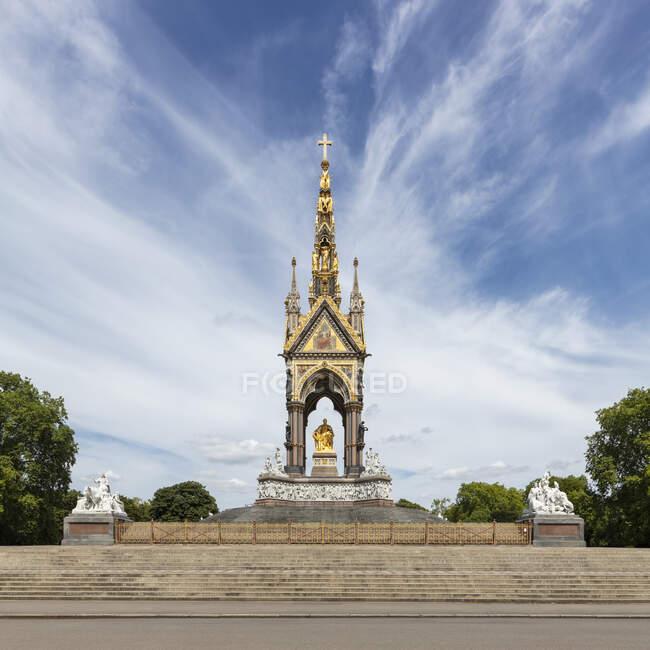 Albert Memorial, Hyde Park, Londres, Reino Unido durante a crise do vírus Corona, céu azul com nuvens — Fotografia de Stock