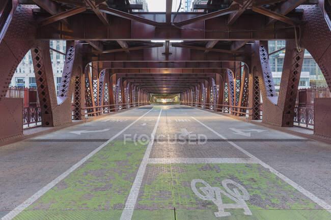 Пустой мост Уэллс Стрит, Чикаго, Иллинойс, США во время вирусного кризиса Короны, дорога на мосту — стоковое фото