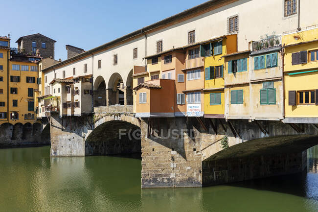 View of empty Ponte Vecchio bridge above River Arno in Florence, Italy during Corona virus crisis. — Stock Photo