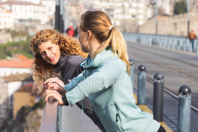 Two young women with long blond hair standing on Dom Luis I bridge in Porto, Portugal — Stock Photo