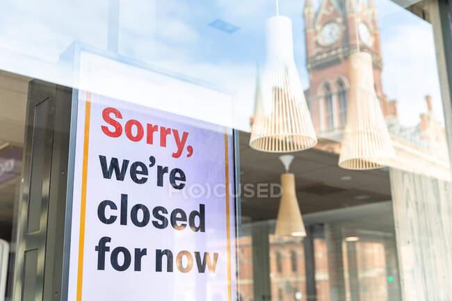 Segno chiuso in una vetrina di un negozio a Londra durante la crisi del virus Corona. — Foto stock