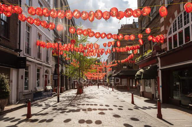 Veduta della strada vuota di Chinatown decorata con lanterne rosse durante la crisi del virus Corona — Foto stock