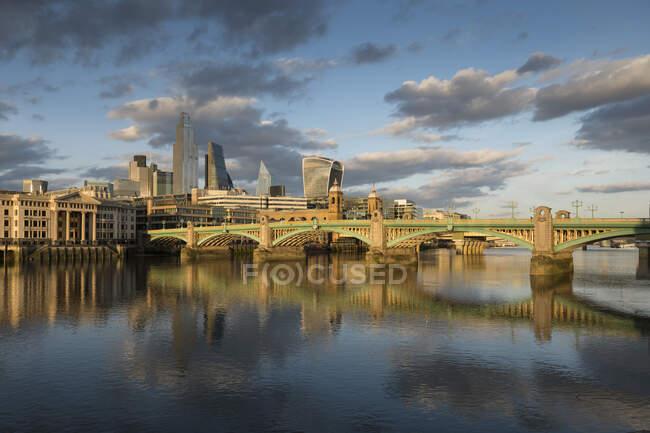 River Thames e Blackfriars Bridge e vista para a cidade de Londres — Fotografia de Stock