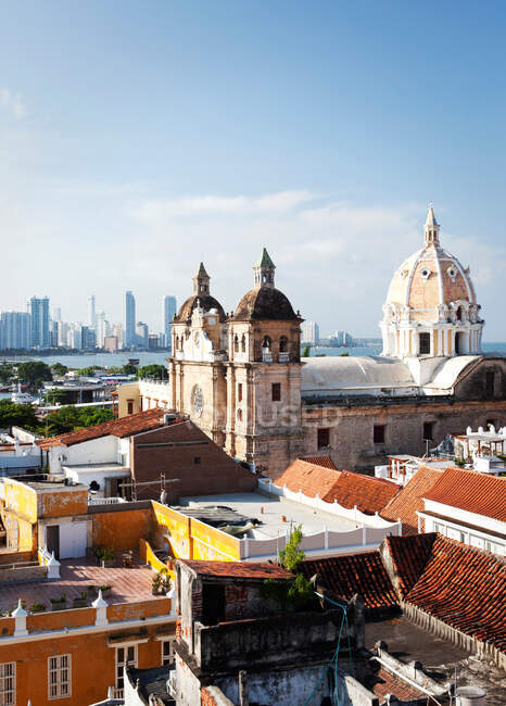 Cathedral overlooking Cartagena rooftops — Photo de stock