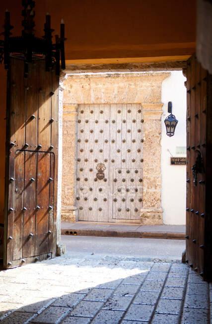 Porte ornate sulle strade della città — Foto stock