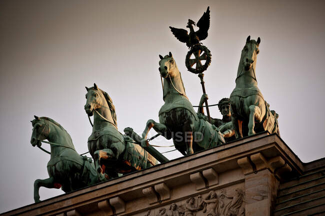 Esculturas de caballos en el techo del edificio - foto de stock
