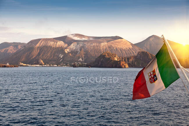 Spanish flag over ocean — Photo de stock