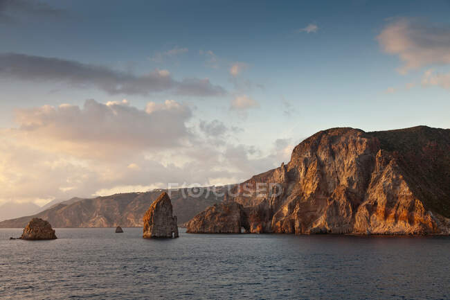 Cliff and rock formations over water — Photo de stock