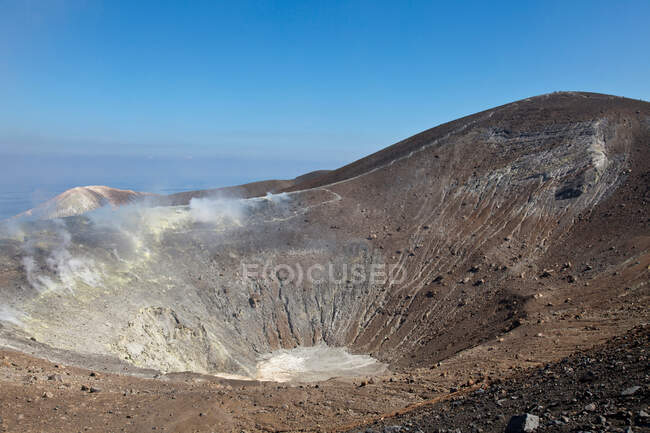 Hot spring in dusty crater — Photo de stock
