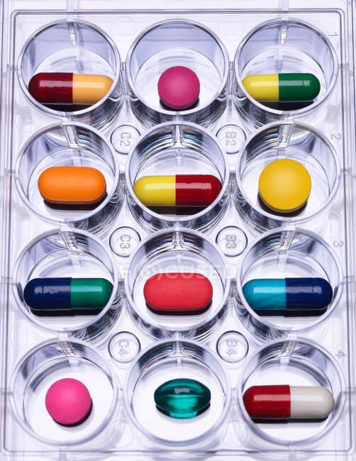 Gros plan des pilules dans le bac à échantillons — Photo de stock
