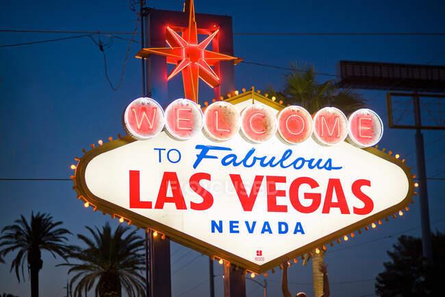 Bienvenido a Fabuloso signo de Las Vegas por la noche - foto de stock