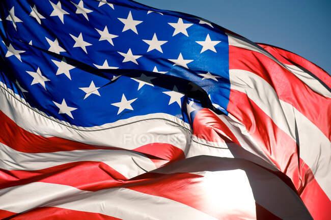 Bandera americana en el viento - foto de stock