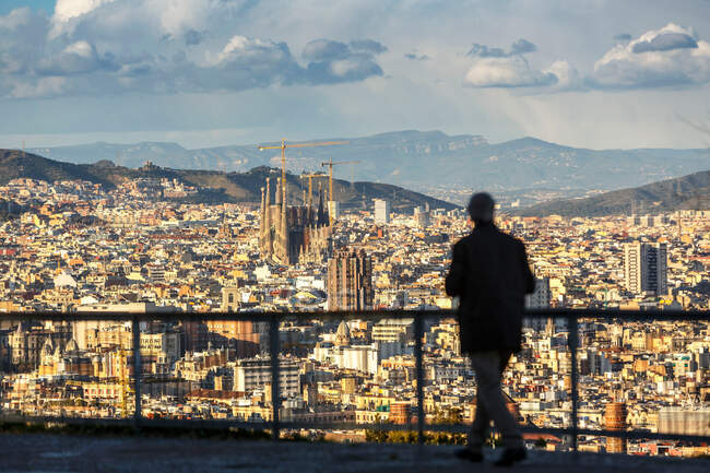 Silhouette of person looking at view of Barcelona, Catalonia, Spain — Stock Photo