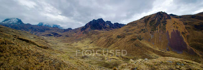 Climb to the mountain pass of Abra Tirihuayjasa, Andes, Peru — Stock Photo