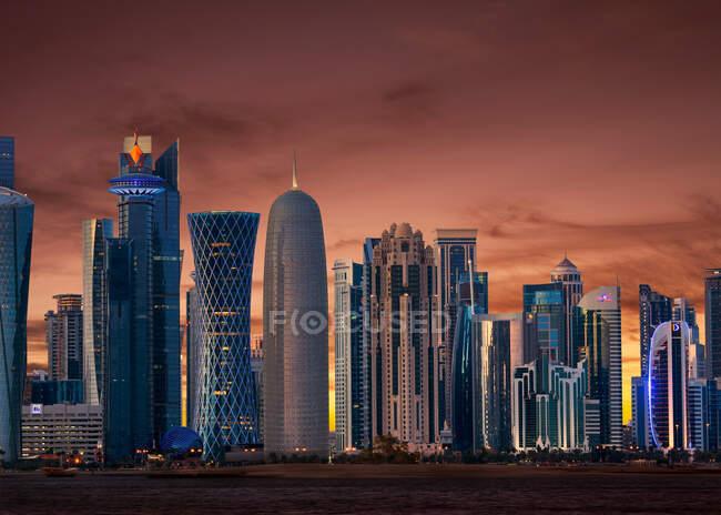 Skyline centro con cielo rojo, Doha, Qatar - foto de stock