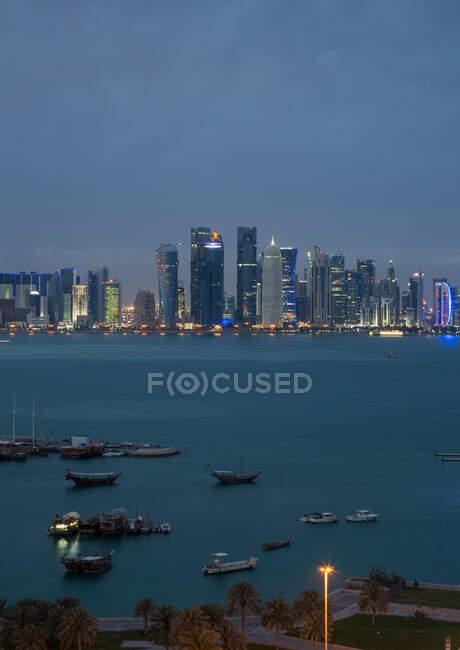 Centro de Doha a través del agua, Doha, Qatar - foto de stock