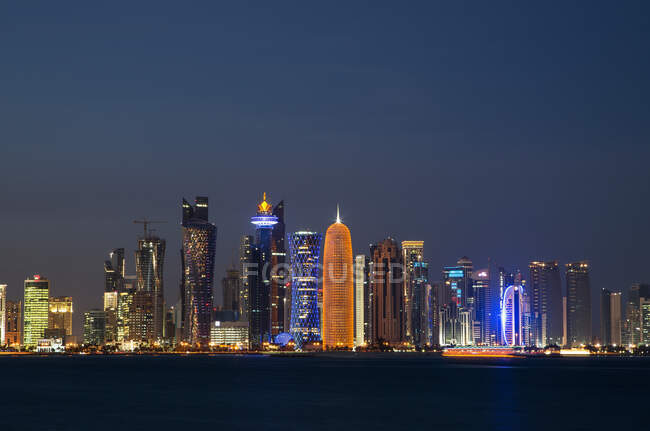 Skyscrapers of downtown Doha at night, Qatar — Foto stock