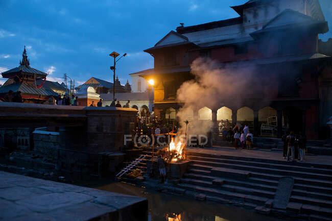 Кремаційний вогонь у храмі Пашупатінат (Катманду, Непал). — стокове фото