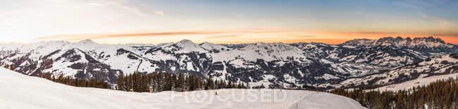 Panoramic view of mountains and ski run Kitzbuhel, Tyrol, Austria — Stock Photo