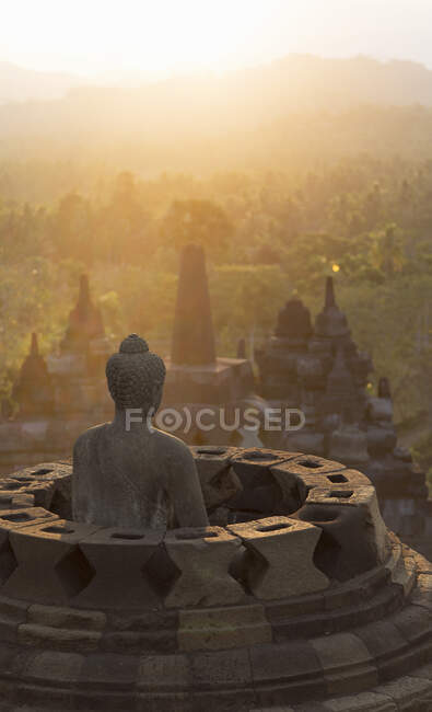 Buddha and morning mist, The Buddhist Temple of Borobudur, Java, Indonesia — Fotografia de Stock