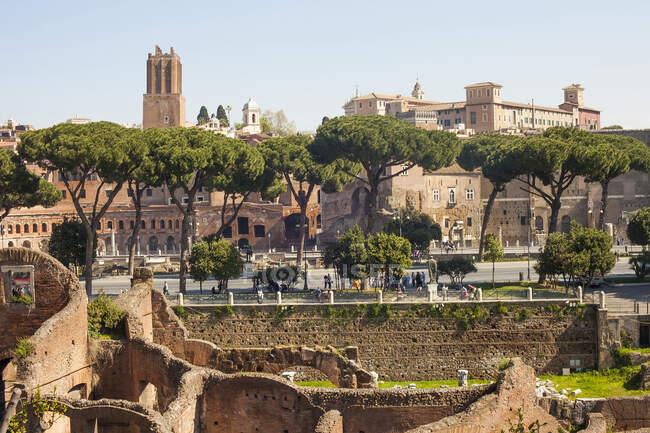 Старі будівлі та туристи на сонці (Рим, Італія). — стокове фото