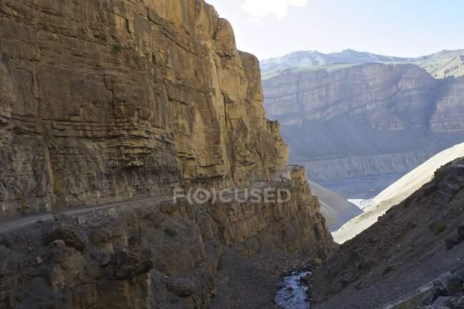 Дорога по скелі, Гімалаї, Гімачал - Прадеш, Індія. — стокове фото