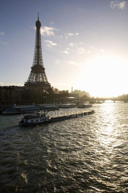 Эйфелева башня, река Мбаппе, Бато Фаш, Париж, Франция — стоковое фото