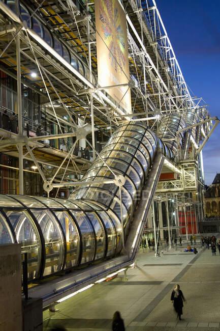 Escalera mecánica, Museo de Arte Contemporáneo, Centro Pompidou, París, Francia - foto de stock