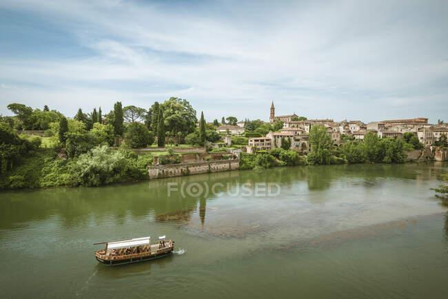 Tourist ferry on river, Albi, Midi Pyrenees, France — Stock Photo
