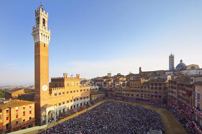 Conseil de Sienne, Piazza del Campo pendant la course de chevaux de Palio, Sienne, Toscane, Italie — Photo de stock