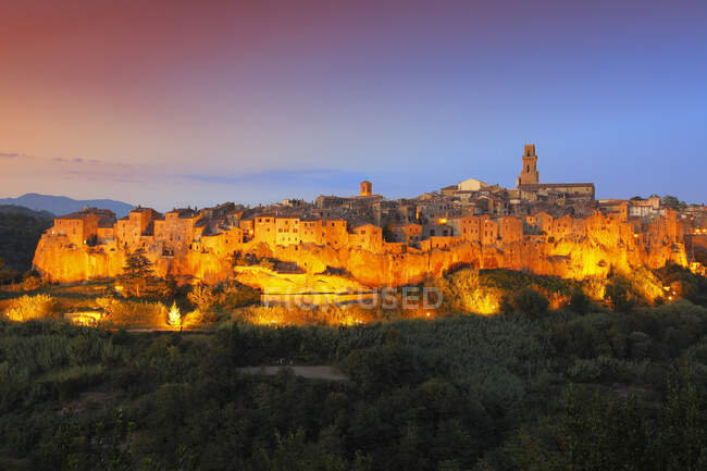 Tuscan landscape, Pitigliano medieval village at sunset, Tuscany, Italy — Foto stock