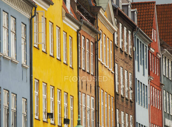 Row of multi colored traditional townhouses, Nyhavn harbor, Copenhagen, Denmark — Stock Photo