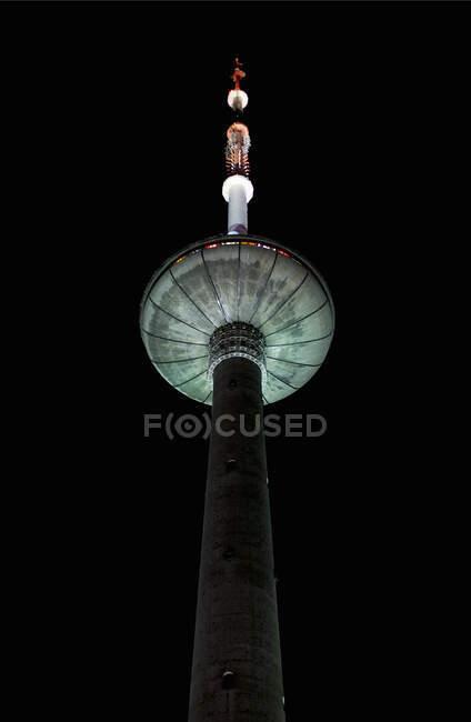 Torre de televisión de Vilna por la noche, Vilna, Estonia - foto de stock