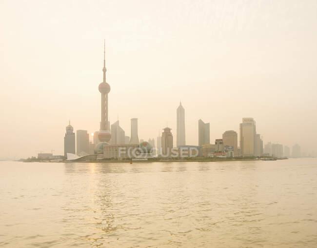 Деловой район Пудун через Янцзян, Шанхай, Китай — стоковое фото