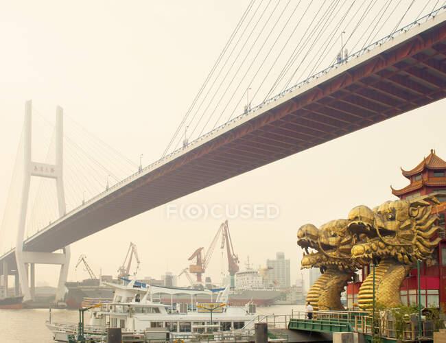 Puente sobre el río Yangtze, Shanghai, China - foto de stock