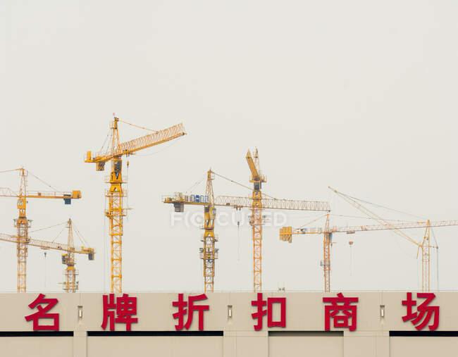 Строительные краны, Шанхай, Китай — стоковое фото