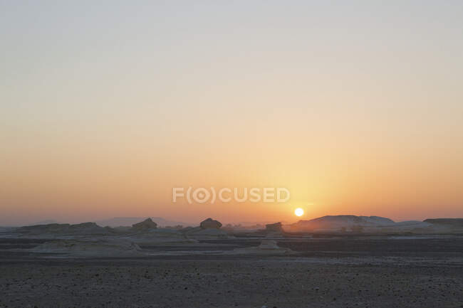 Distant view of chalk rock formations in white desert at sunset, Egypt — Fotografia de Stock