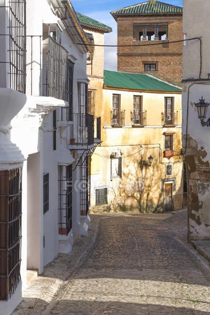 Calle estrecha, Ronda, España - foto de stock